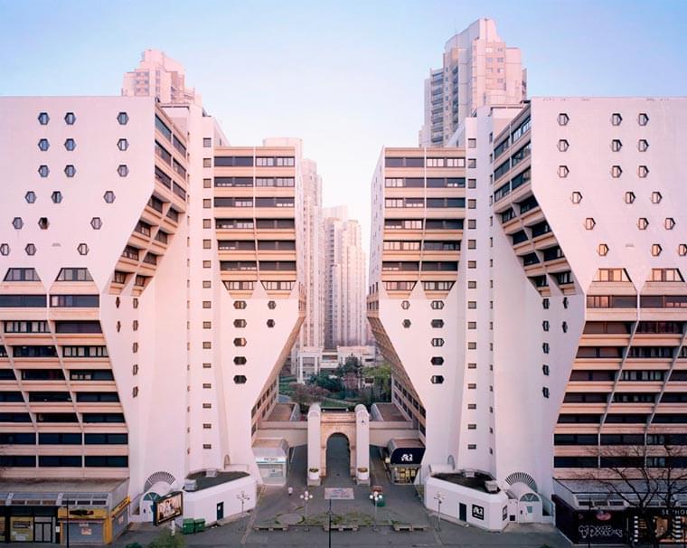 Souvenir d'un futur – Documenting the retrofuturistic buildings around Paris