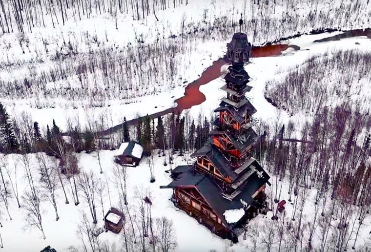 This guy just built alone a massive 55 meters high cabin in Alaska